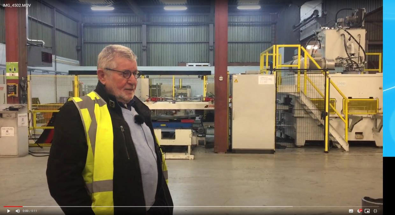 Leo Kaijen (70) in zijn fabriek in Oosterhout die metalen vaten recyclet.