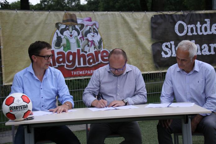 Henry Kosse (VV EMMS), Wouter Derks (Attractiepark Slagharen) en Tonny Scholten (SC Lutten) ondertekenen de sponsorovereenkomst.