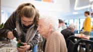 """Leerlingen en senioren knutselen samen decoratie voor eetfestijn: """"Bewoners bloeien open door contact met jongeren"""""""