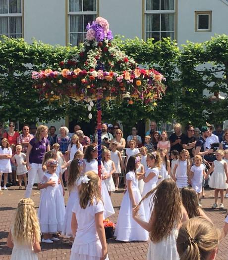 Recordaantal Pinksterbruidjes dansen en zingen op Dorsetplein Borne