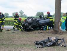Auto slaat over de kop en botst tegen boom vlakbij terrein Decibel