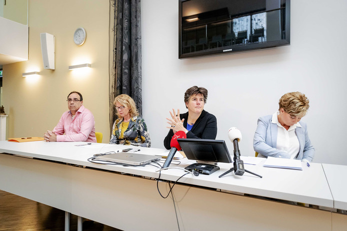 Burgemeester Ina Adema van Lelystad maakt tijdens een openbare zitting in het stadhuis de nieuwe uitslagen bekend van de provinciale Statenverkiezingen in Flevoland na een hertelling.