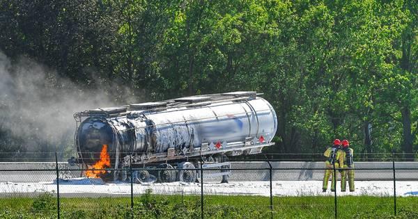 Ongeluk met meerdere vrachtwagens op A67: tankwagen in brand, één dode.