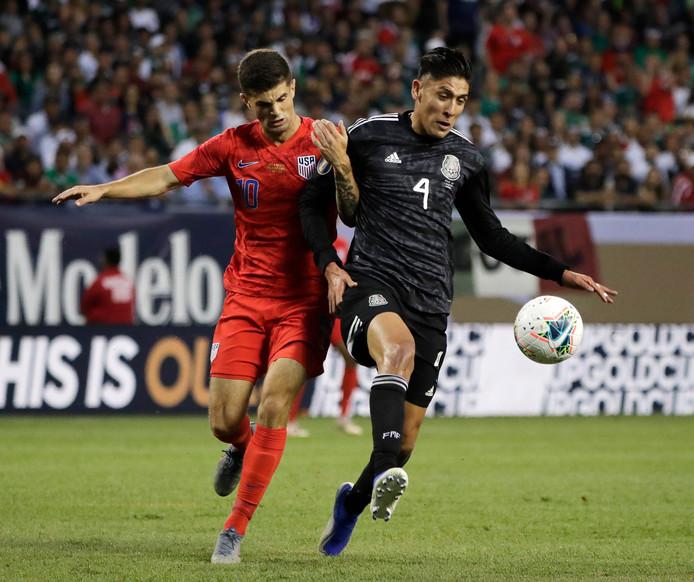 Edson Alvarez in duel met Christian Pulisic tijdens de finale van de Gold Cup vorige week. Mexico won met 1-0 van de Verenigde Staten.