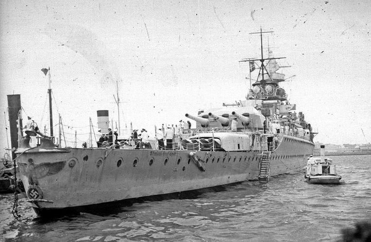 De  Graf Spee in de haven van Montevideo in december 1939. Op de boeg is de adelaar te zien.