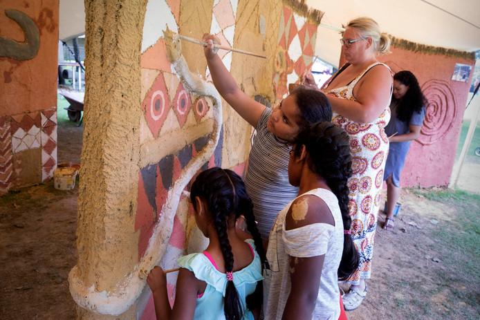 Lemen muren beschilderen in het Afrika Museum.