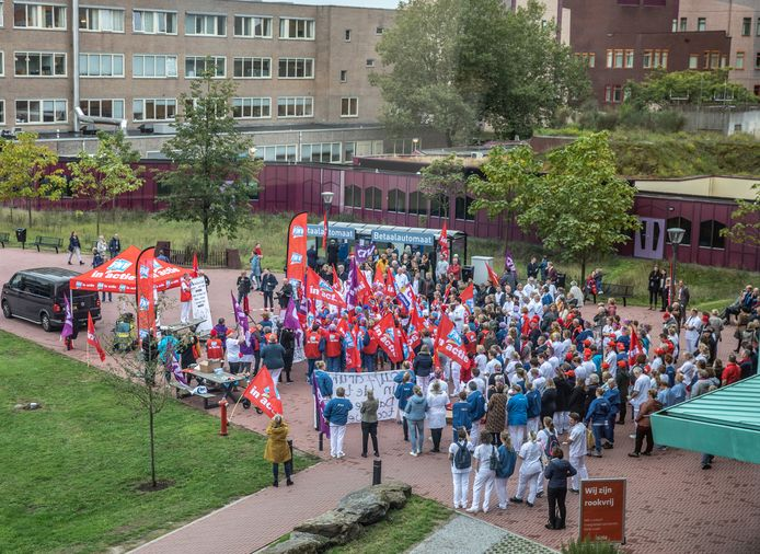 Actievoerend ziekenhuispersoneel kwam dinsdag rond het middaguur bij elkaar voor een actiemoment. De hele dag informeerden vakbondsleden bezoekers en patiënten over de actie voor een beter loon.