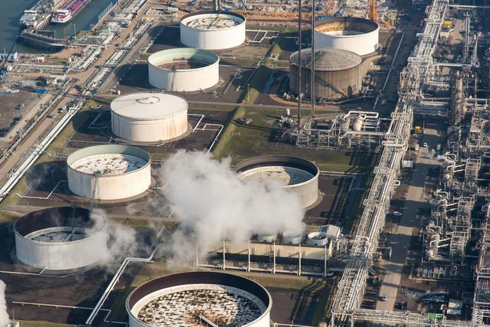 Opslag voor olie, brandstof en chemicaliën in de Botlek een haven- en industriegebied in Rotterdam.