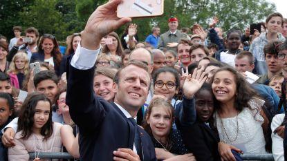 """""""Ca va, Manu?"""" - Macron geeft onbeleefde tiener veeg uit de pan"""