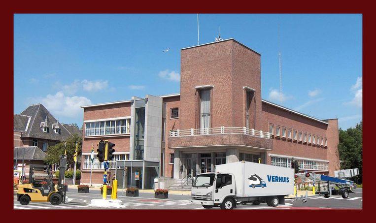 De verhuiswagens staan al voor het gemeentehuis. Een verwijzing naar de uitspraak van huidig burgemeester Frank Bruggeman (VLD-SD) dat hij zou verhuizen als de PVDA aan de macht kwam.