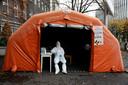 Een medewerker van een Poolse corona-testlocatie. Op veel plekken kampen landen met een tweede golf.