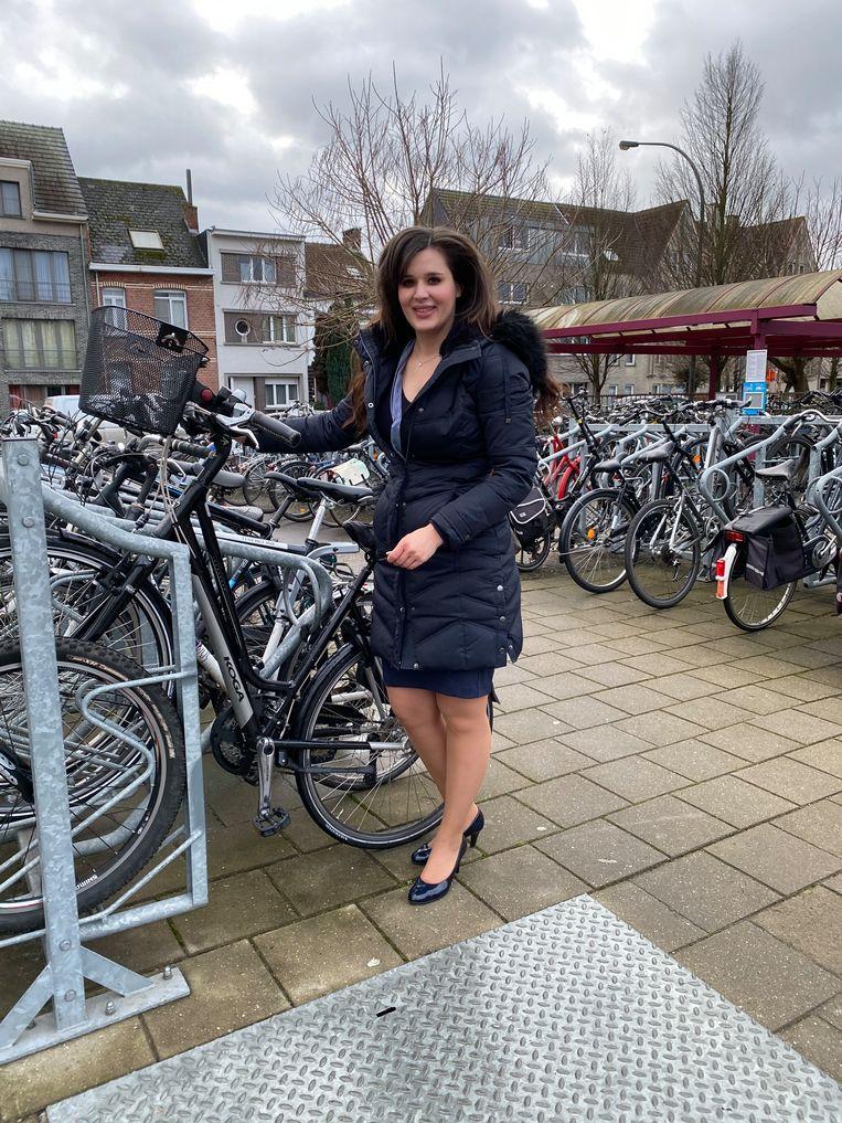Schepen van Mobiliteit Yoleen Van Camp aan de fietsenstalling.
