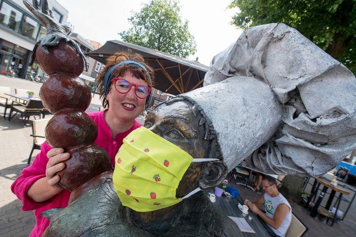 Alexandra van Steen, directeur van het Flipje en Streekmuseum, heeft een heus Flipje-mondkapje in het leven geroepen.