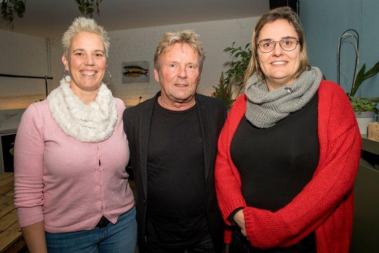 Stien Peeters (rechts), directeur van vzw Victor, en administratief bediende Trui Wellens glunderen dankzij de centen die Johan Platteeuw hen kan overhandigen.