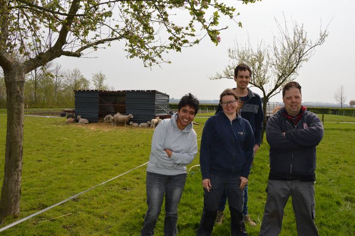 Bewoners van de Zwanenhoeve hebben zin in de truckersdag Moerdijk. Achteraan Thomas. Voorop vlnr, Angela, Rozanne en Christiaan.