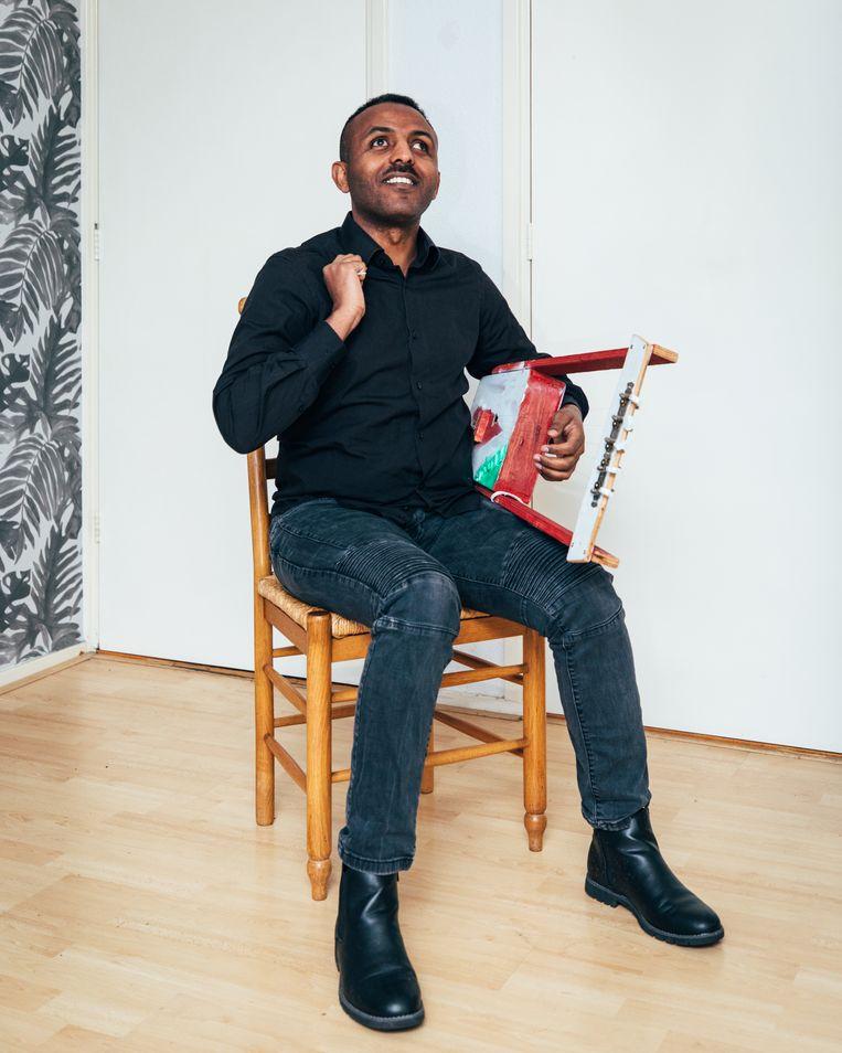 Kokob Weldemariam (35) uit Eritrea kon door een onverwachte particuliere donatie  – 'een godsgeschenk' – alsnog bij een school terecht. Hij spreekt nu redelijk Nederlands.     Beeld Rebecca Fertinel