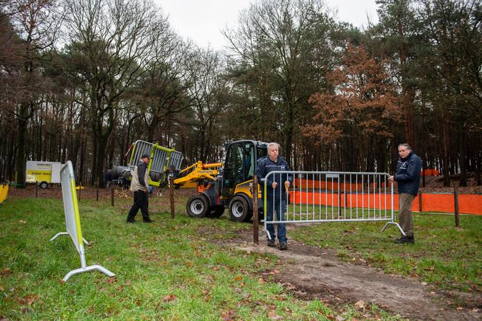 Adrie Burgers en Teun Kastelijn sjouwen een dranghek voor het veldritparcours in Moergestel.