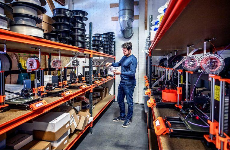 Ewoud van Munster maakt met zijn 3D-printbedrijf MTB3D in Delft monturen voor de spatmaskers van Schone Bakkes.  Beeld null