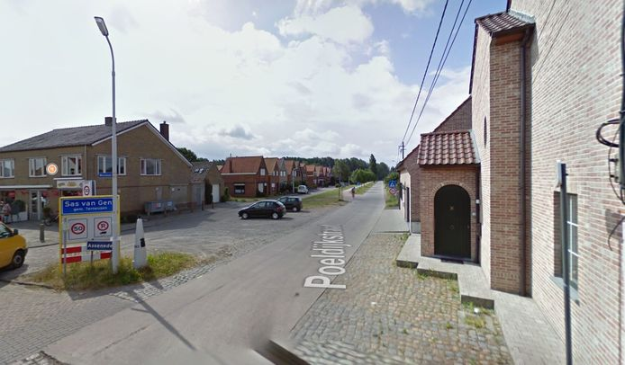 Het deel van de Poeldijkstraat dat wordt verbeterd door de gemeente Assenede. Links de bebouwing van Sas van Gent.