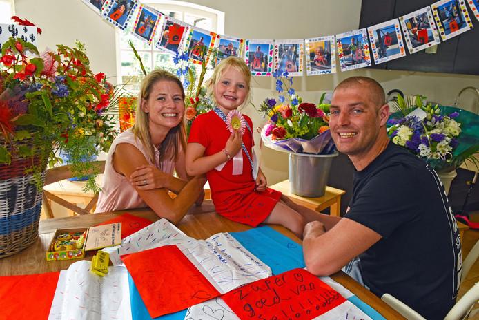 WASPIK - Maarten van der Weijden is weer thuis. Met vrouw Daisy en oudste dochter Phileine geniet hij van alle cadeaus.
