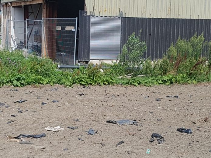 De stukken plastic die zijn achtergebleven op het terrein nadat de waterbassins weg waren.