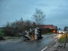Auto belandt in sloot na aanrijding met aanhangwagen bij Zwolle