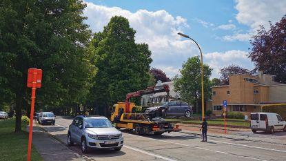 Nieuwelaan tijdlang afgesloten nadat twee auto's botsen