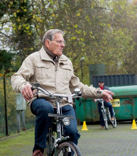 Arie (89) op fietsveiligheidsdag: 'Eerlijk gezegd hoor ik hier niet thuis'