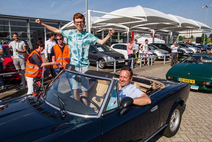 Daan Keulen in de auto bij Frans Holleman.