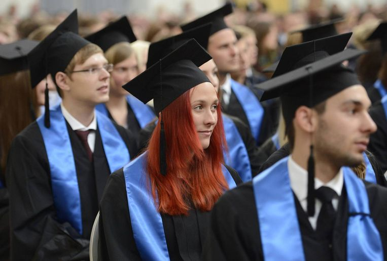Studenten bij hun afstudeerceremonie aan de Hamburg School of Business Administration. Beeld reuters