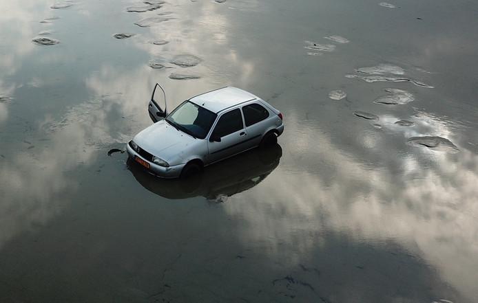Rijkswaterstaat heeft donderdag de auto uit de Waddenzee gehaald.