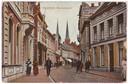 De Heuvelstraat in het begin van de vorige eeuw, rechtsboven zijn nog de eerste letters zichtbaar van toenmalig warenhuis De Zon.