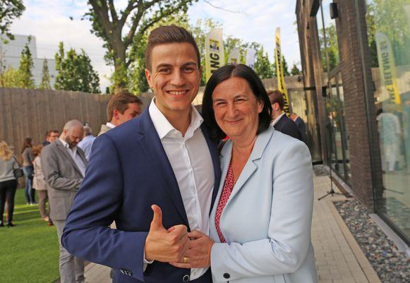 Dries Van Langenhove met zijn moeder Ann.
