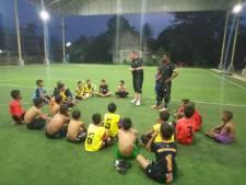 Almelose voetbaltrainer in Thailand: komt de bus voor het toernooi wel?