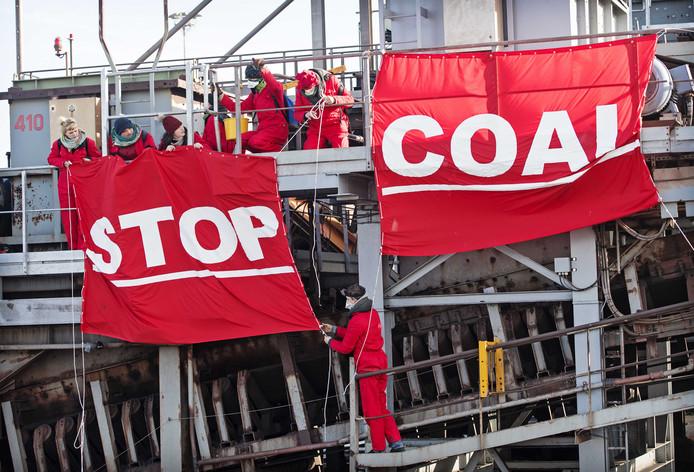 Enkele tientallen actievoerders bezetten vorig jaar de kolenoverslag EMO in de Rotterdamse haven. Zij verzetten zich tegen een eenzijdige 25-jarige contractverlenging voor het bedrijf, en willen een overgang van fossiele industrie naar duurzame.