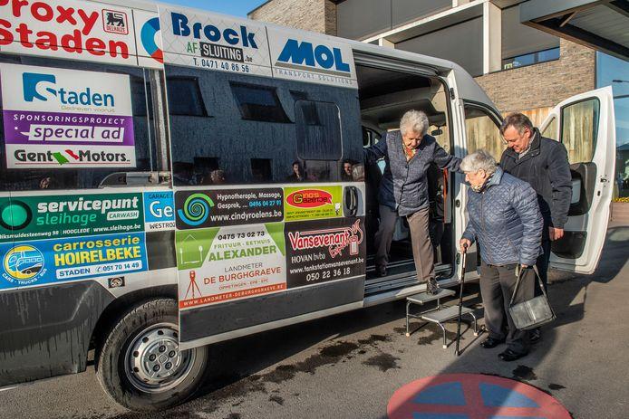Het busje van De Oever wordt in Staden sinds begin april ingeschakeld als pendelbus, maar door een gebrek aan passagiers dreigt het project afgevoerd te worden.