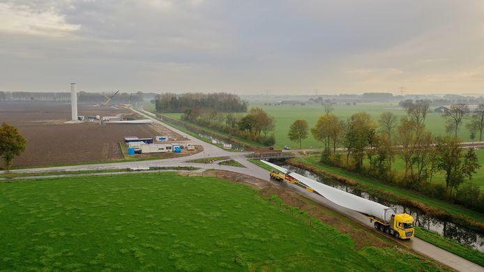 Transport van een van de wieken voor de windturbines op de Bijvanck in Angerlo.