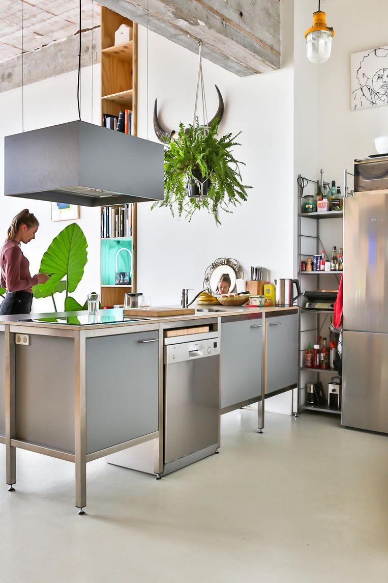 'Deze keuken staat er sinds de oplevering; dit model staat in elke loft hier. De kast erachter hebben we laten maken. Doordat hij zo hoog is, wordt de hoogte van de ruimte benadrukt.' Beeld Henny van Belkom