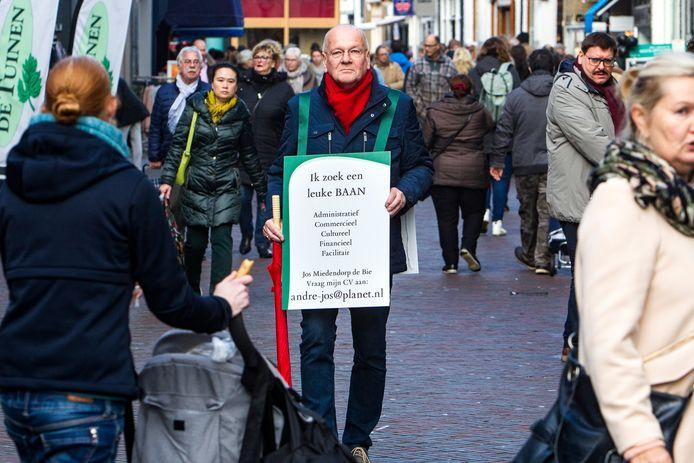 Jos Miedendorp-de Bie met zijn bord in het centrum van Deventer.