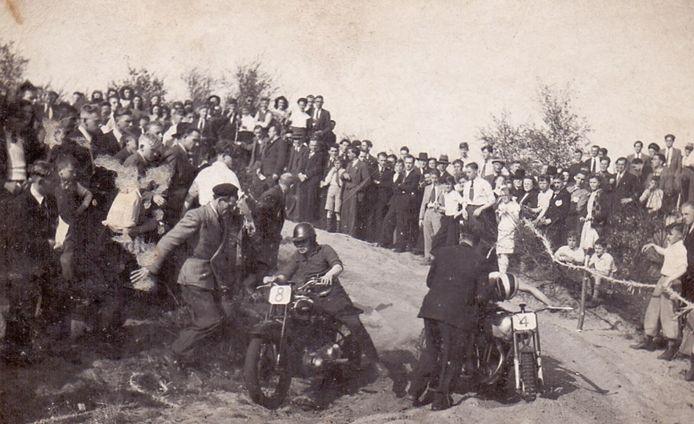 Twee crossers Jan Verhoeven uit Beugen (links) en Harrie Rijkers uit Valkenswaard (rechts) tijdens een cross in 1949 in Sint Anthonis.