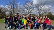 Delegatie voetbalclub Waasland-Beveren op bezoek bij leefschool Wollewei