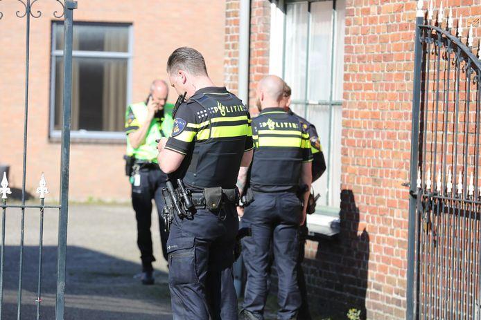 Politieonderzoek in Oud Gastel, waar een dode man is gevonden.