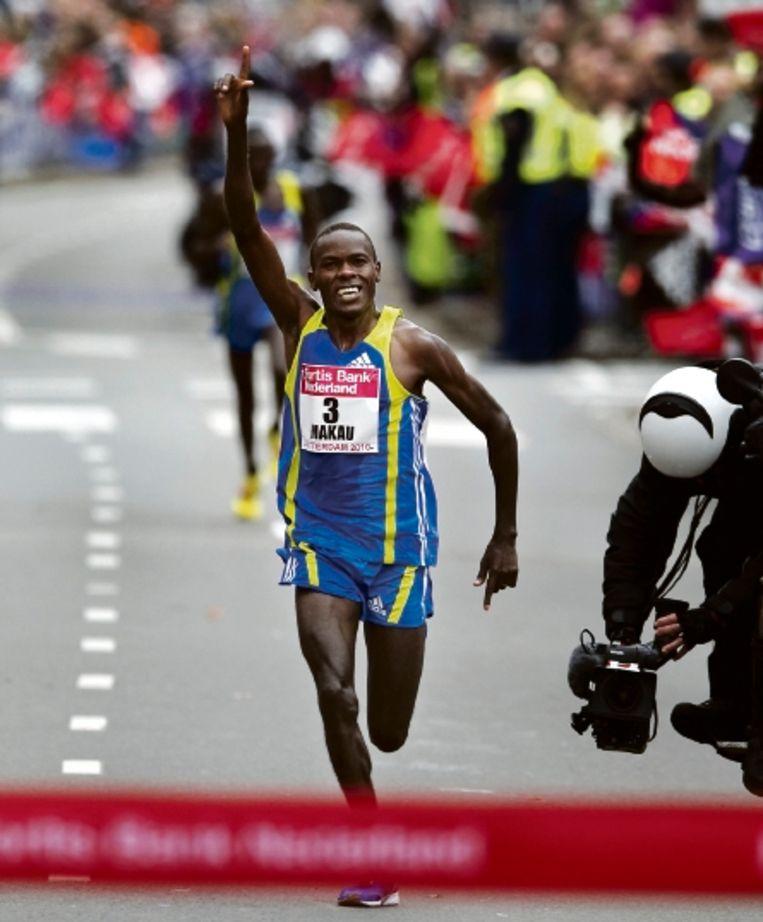Met een brede glimlach op het gezicht passeert Makau de finish. ( FOTO OLAF KRAAK, ANP) Beeld AFP