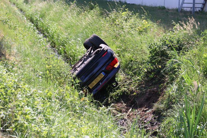 Auto belandt ondersteboven in sloot bij ongeval aan Nijkerkseweg