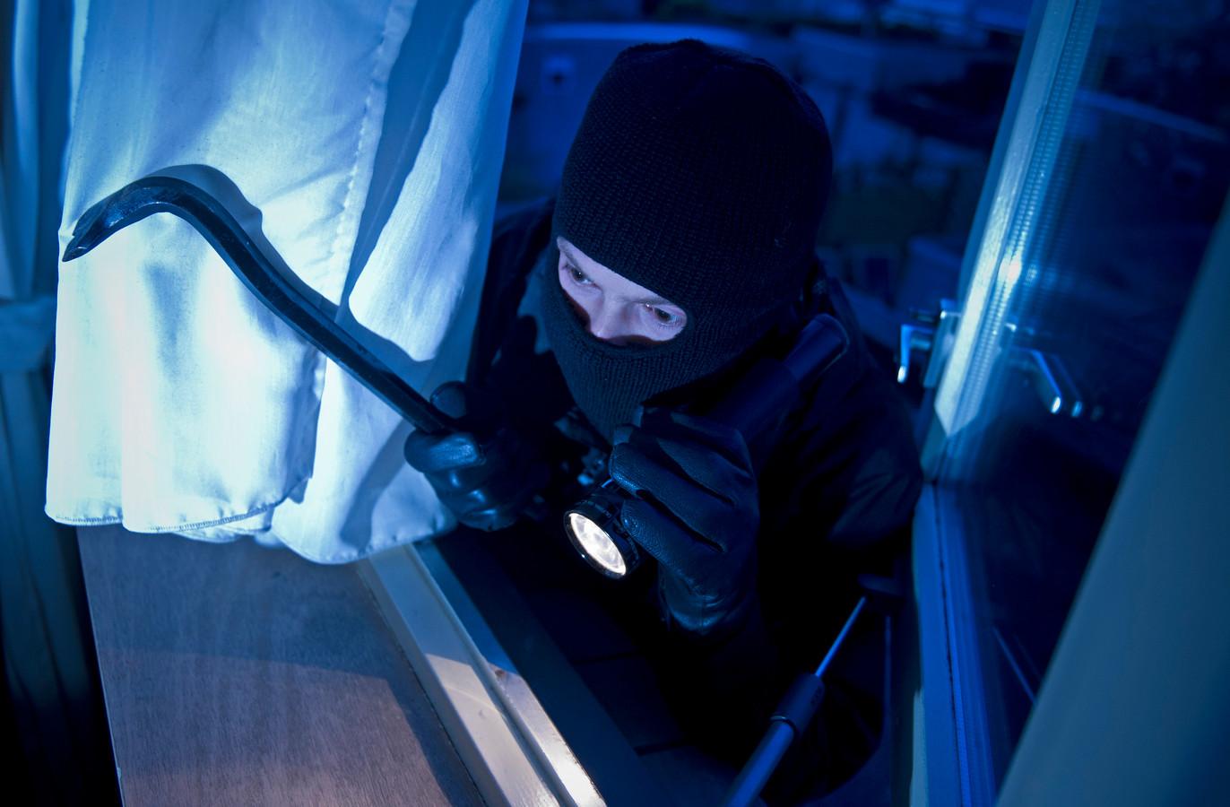 Ter illustratie: een inbreker probeert een huis binnen te dringen.  (Archieffoto).