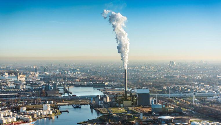 Rokende schoorsteen van de Nuon energie kolencentrale aan de Hemweg in het Westelijk havengebied. Beeld null