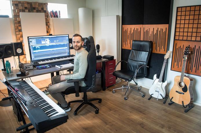 Justin Walraven in zijn studio in Nederasselt, de plek waar hij zich helemaal thuis voelt.