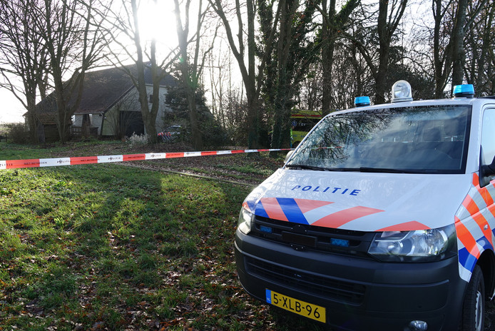De politie doet onderzoek in en bij de woning.