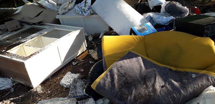 Huisraad met restanten van een wietkwekerij gedumpt in Mierlo