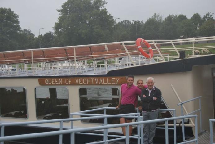 De familie Peters bij de 'Queen of Vechtvalley'. De rondvaartboot vaart ook regelmatig uit als partyschip en biedt plaats aan 85 personen.